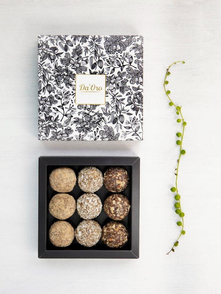 caja de cartón con diseño y trufas mix