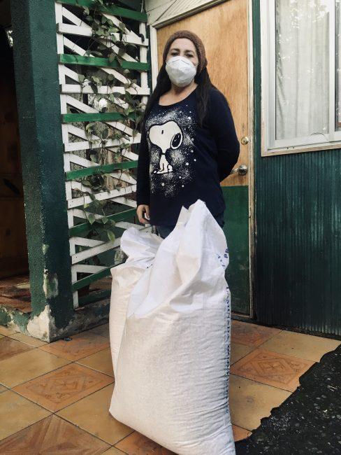foto mujer y sacos de avena